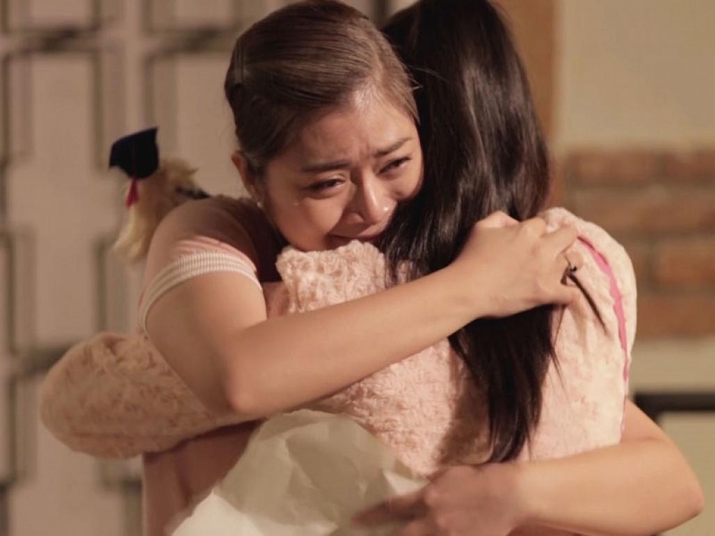 Con mệt rồi, mẹ ôm con một cái được không?