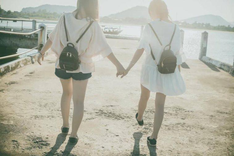 Yêu cùng một người, nhỏ to sau lưng nhau là một trong những lý do khiến tình bạn của con gái dễ toang