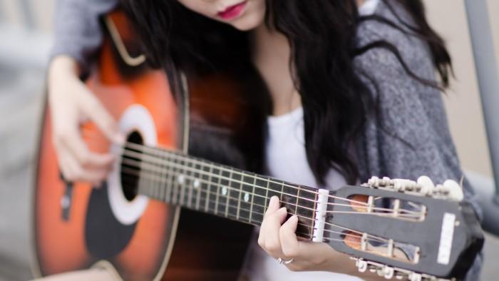 co-gai-choi-guitar