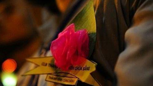Vu lan này, con bùi ngùi cài lên ngực áo một cành hoa