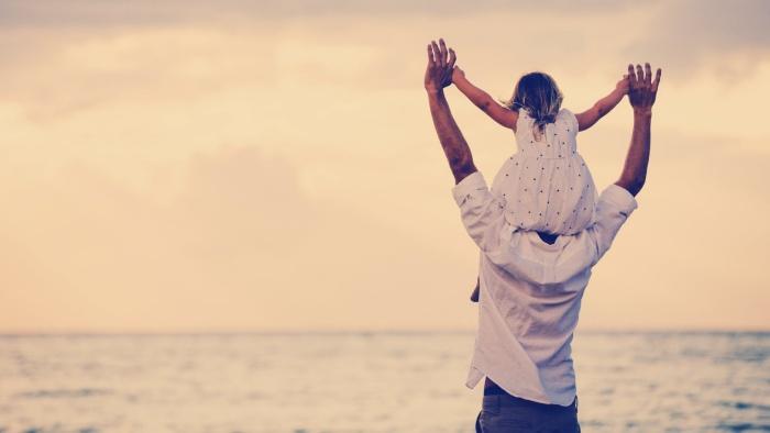 Con gái à, con đừng lo bởi mệt mỏi ngoài cuộc đời còn có bố và có mẹ